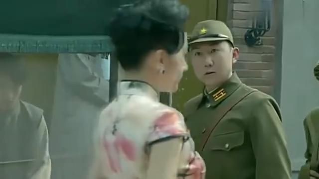 鬼子军官成功上当,腰里被八路塞了炸弹,只好乖乖听话!
