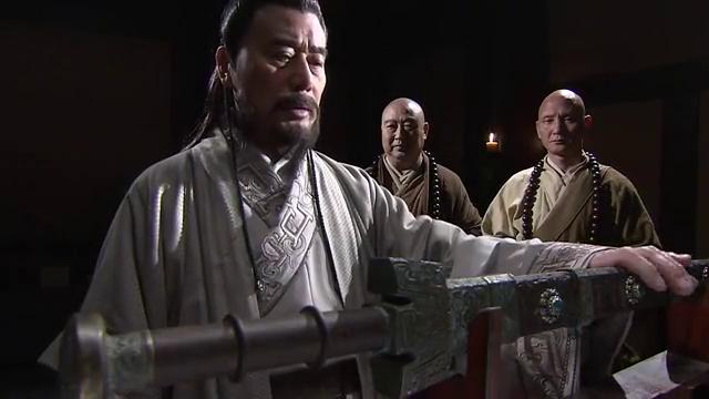 2和尚费尽心机偷来太阿宝剑,怎料男子拿到手后,却发现这是假的