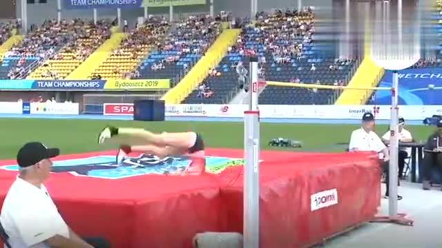 女子跳高比赛,姿势美如画,女选手轻松过杆