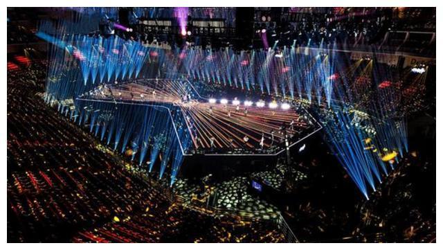 浙江台跨年现场座位空大半,放眼望去是荧光棒,网友:大家都记得