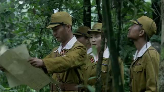 小鬼子在森林里根据内奸的标识来追击国军,国军将计就计戏耍鬼子