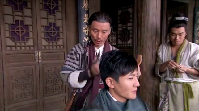男生嘲笑别人的发型,结果惹事上身,自己也被做了个头发