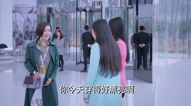 势力女背了个二手名牌包包上班,跟美女一通显摆,太现实