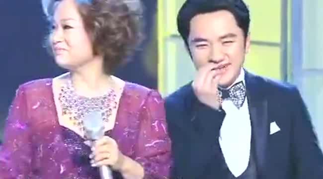 王祖蓝现场唱歌送给老师杜丽莎,气氛超温馨,评委忍不住鼓掌
