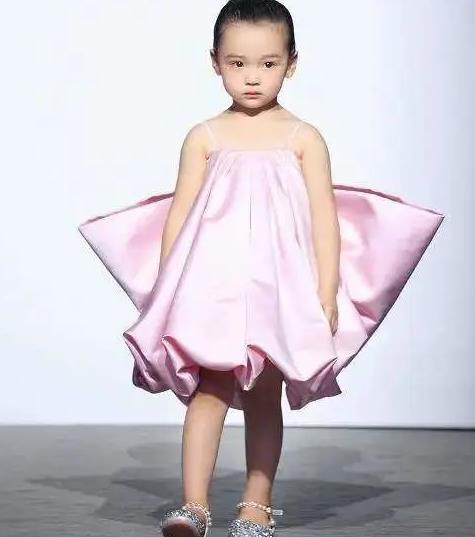 """看到穿小红裙的4岁小酒窝,才知道什么是""""别人家的孩子"""""""