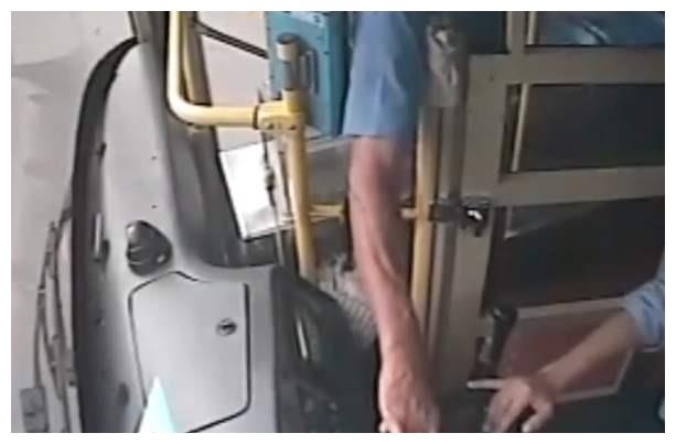 男子多次抢方向盘致公交失控,屡教不改,到底该怎么处罚?