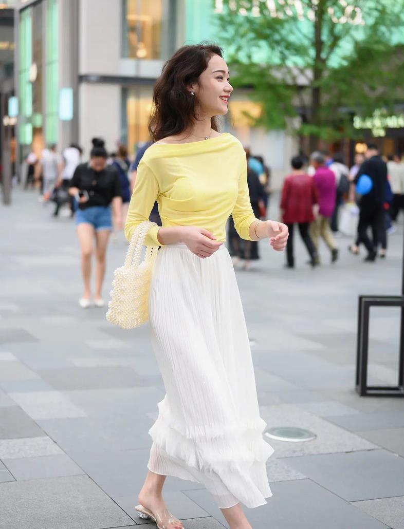 白色连衣裙的时尚魅力,犹如街头的一朵雪莲,清纯无暇,优雅大气