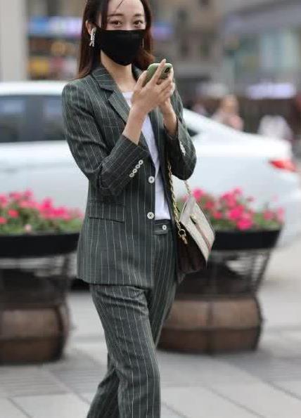 街拍:美女一套职业小西装气场十足,尽显御姐范