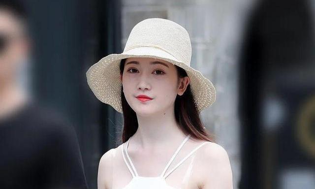清爽的美女,白色的挂脖裙,时尚漂亮