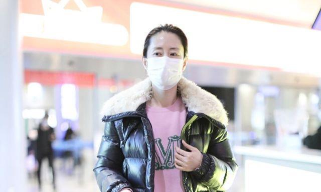"""刘敏涛穿衣果然轻熟有味道,毛领羽绒服配""""粉色""""针织衫,真时髦"""