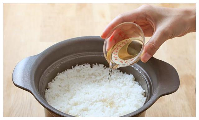 焖米饭时,许多人第一步就错了,大厨:加一滴它,米饭又香又饱满
