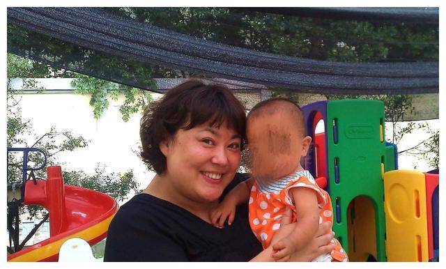 50岁李菁菁秀恩爱,小21岁老公撒娇喊其宝贝儿,两人同框好似母子