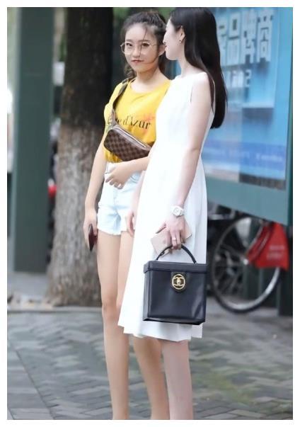 黄色印花 t恤,搭配水牛仔裤,甜美可爱