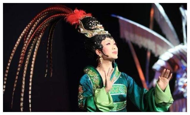 反串演员李玉刚女装巴黎走秀,美的让女人嫉妒,老外都想娶回家