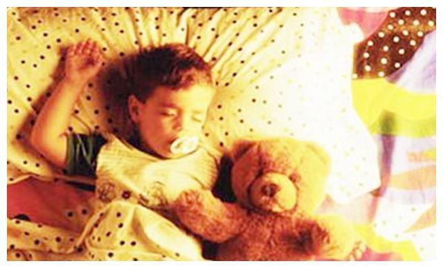 """婴幼儿的床头不要放""""夜灯"""",会导致孩子早熟,很多家长每天都用"""