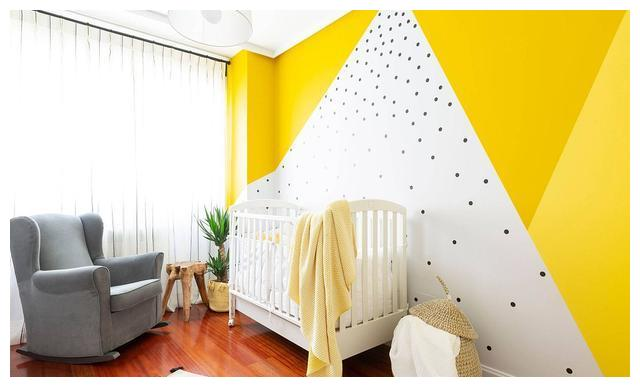 明亮温暖的育儿室 华丽的黄色背景打造柔和的空间