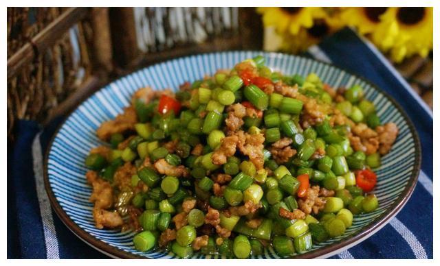 精选美食推荐:麻辣干炒鸡,洋葱炒肥牛,西红柿虾皮紫菜汤的做法