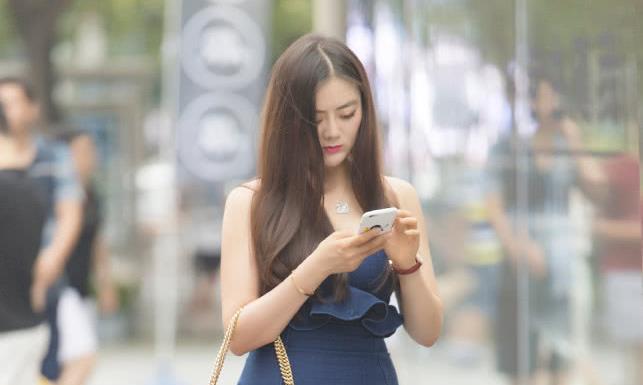 选择款式时尚个性的牛仔裙,轻松演绎优雅高冷范