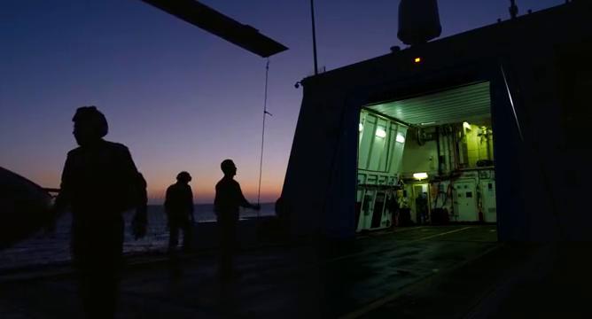 救援队靠近难民船,紧急救援遇难患者