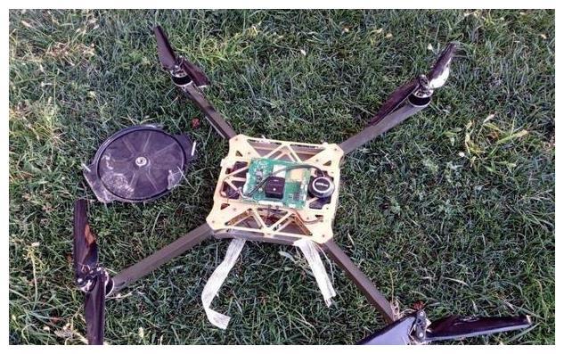 亚美尼亚土法制造无人机,小旋翼绑上几块炸药,飞控疑似国产开源