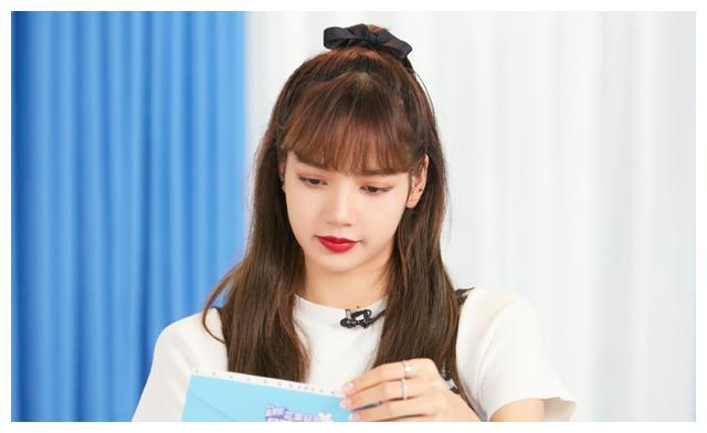 """Lisa为何一直都是""""齐刘海""""?当她尝试中分后,似乎明白了点啥"""