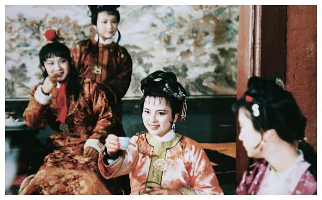 《红楼梦》里,贾探春为什么要办诗社?是为了她的亲哥哥贾宝玉?