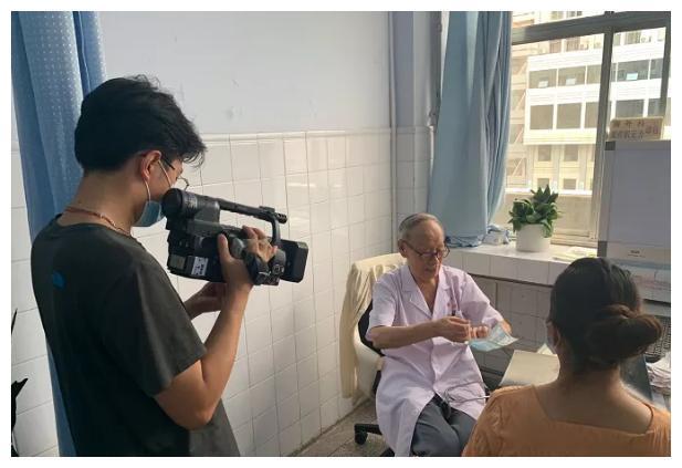 郑州电视台来郑大二附院采访中国医师节特别节目