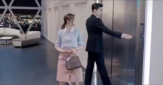 温暖的弦:女助理不想加班,总裁要求把他送回家!