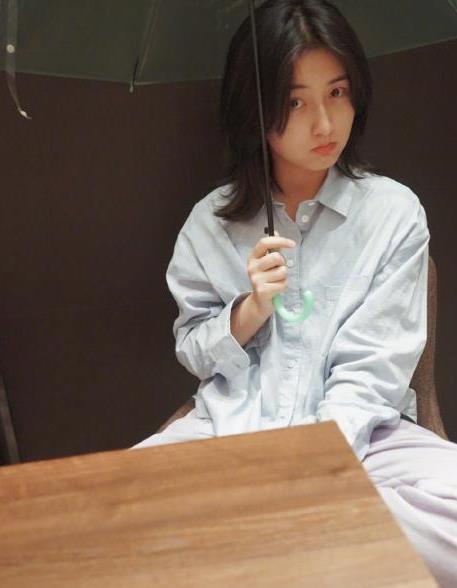 盐系少女张子枫真时尚,淡蓝色衬衫配雨伞,越看越耐看