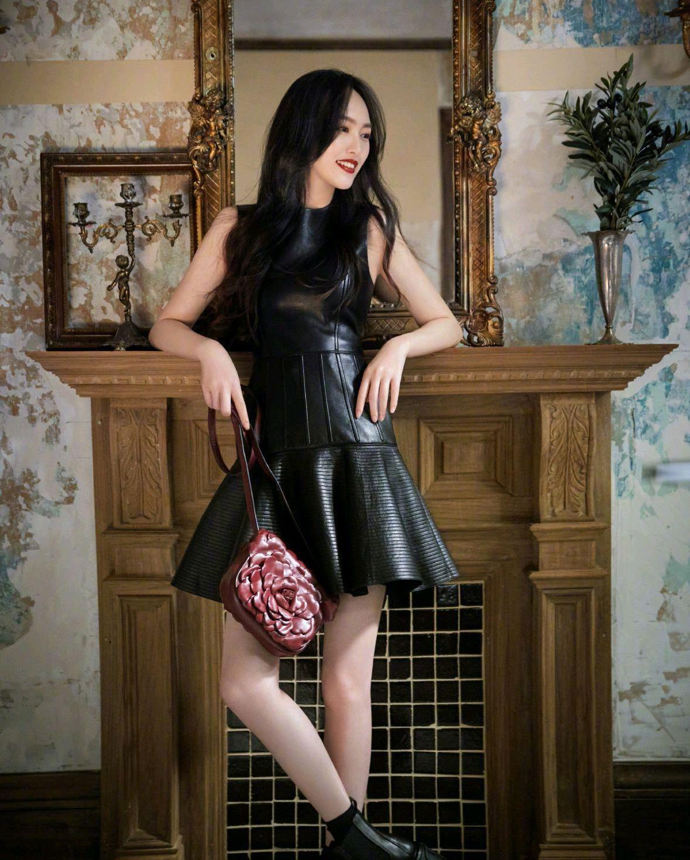 唐嫣产后依然魅力四射,穿皮质黑色连衣裙好高级,这腰围也太细了
