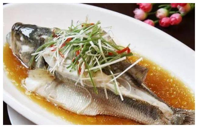 做清蒸鲈鱼,腌鱼别放这种调料!大厨教你做法,鲜嫩美味,没腥味