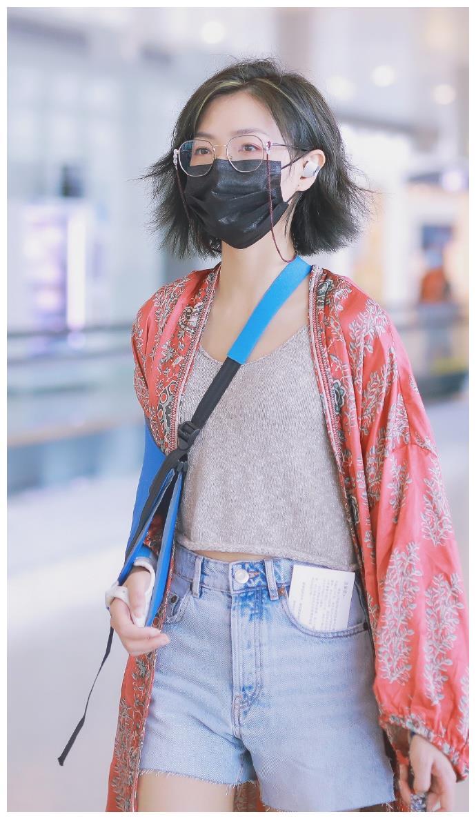 万茜最新机场私服,印花长袍下的侠女即视感,帅气逼人!