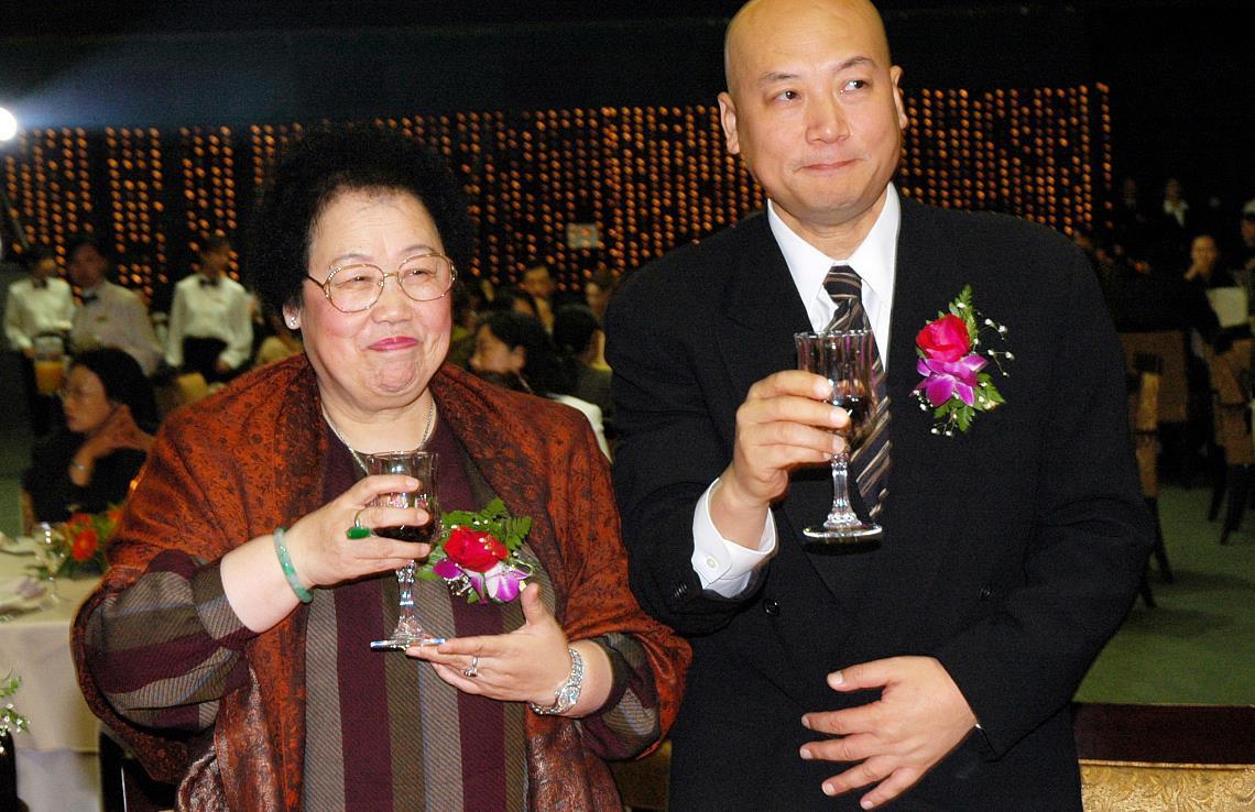 """78岁陈丽华""""富态""""也很美,穿条纹裙配紫檀色披肩,真有女富豪范"""