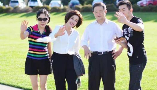 刘晓庆罕见与老公同框,穿衬衫配阔腿裤气质优雅,看着不像64岁