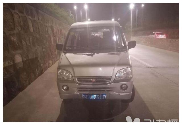 苏州吴江北厍汾杨路上一戏班车辆超员上路 看到民警掉头就跑