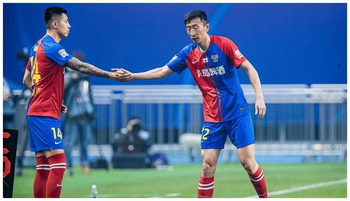 青岛黄海和广州富力闷平的比赛,菜鸡互啄,谁失败谁是降级热门