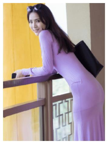 紫色修身连衣裙,贴身舒适,带来一种落落大方的美感