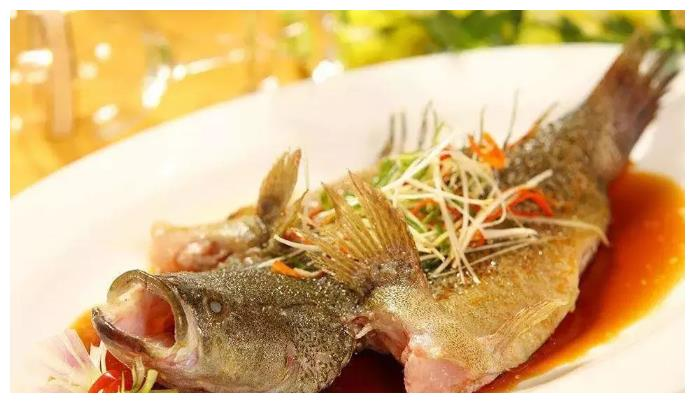 吃鲈鱼,买海水养的还是淡水养的?渔民:2种区别大,买错不好吃