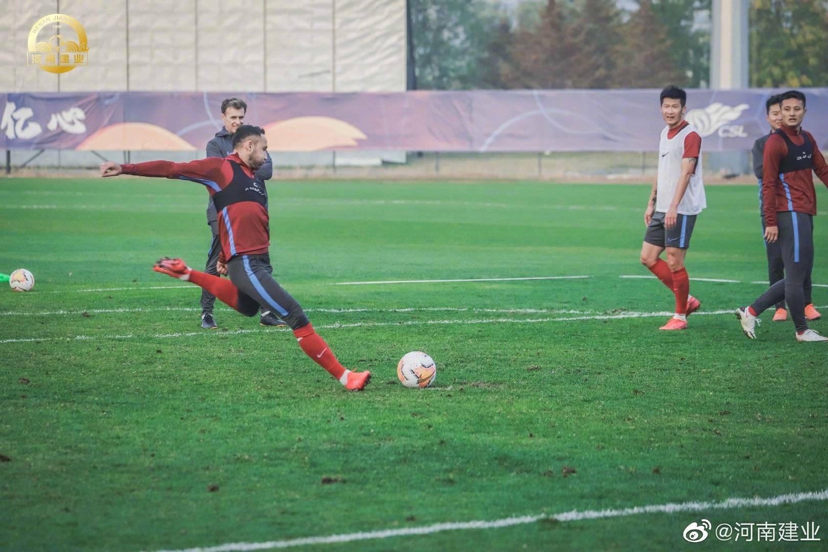 河南建业足球队球员备战保级组第2轮与武汉卓尔的比赛