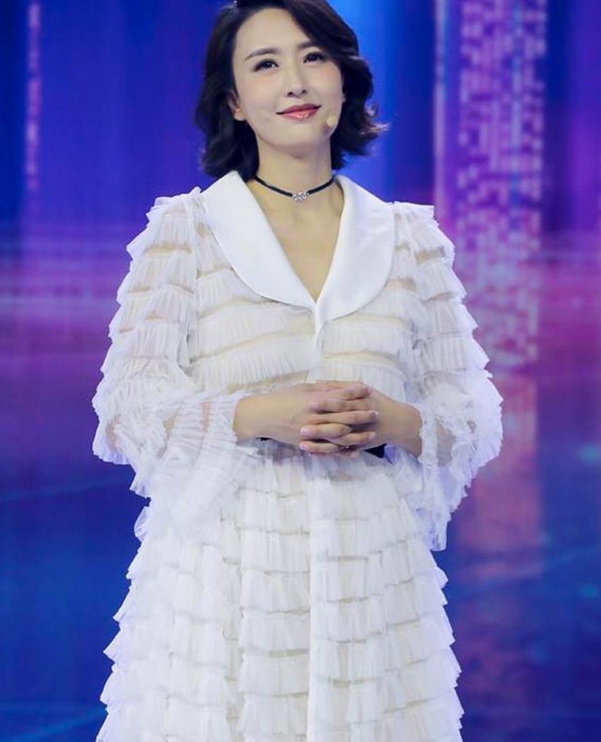 央视主持人张蕾现身,穿蛋糕裙尽显富态丰腴,蓬蓬袖太显胖了