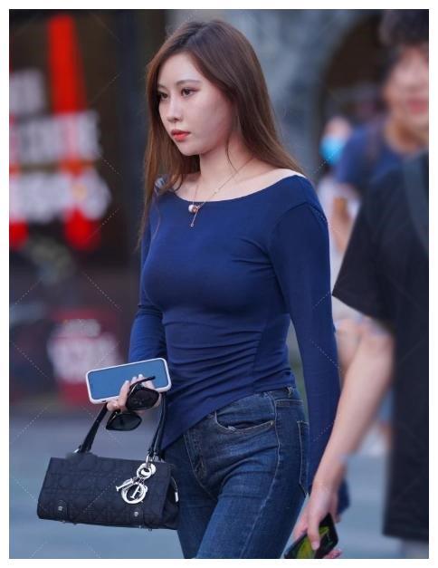 初秋唯美的搭配, 藏青色小衫配紧身牛仔裤, 你也可以美得出俏