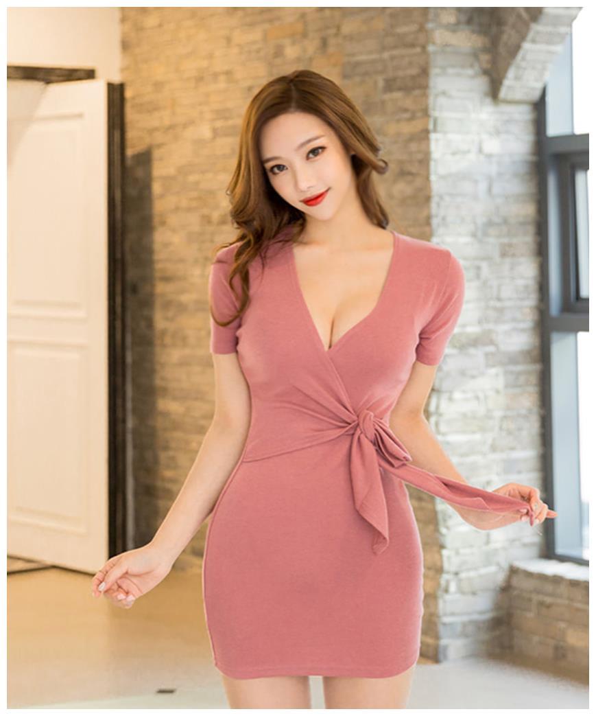 粉红色连衣裙搭配粉色系高跟鞋,简约大方,时尚优美
