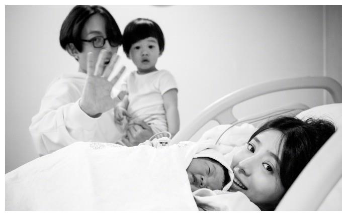 林宥嘉老婆二胎产女,晒一家四口合照