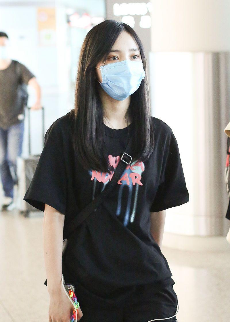 苏芮琪街拍:泼墨T恤Adidas运动酷AJ1球鞋酷女孩