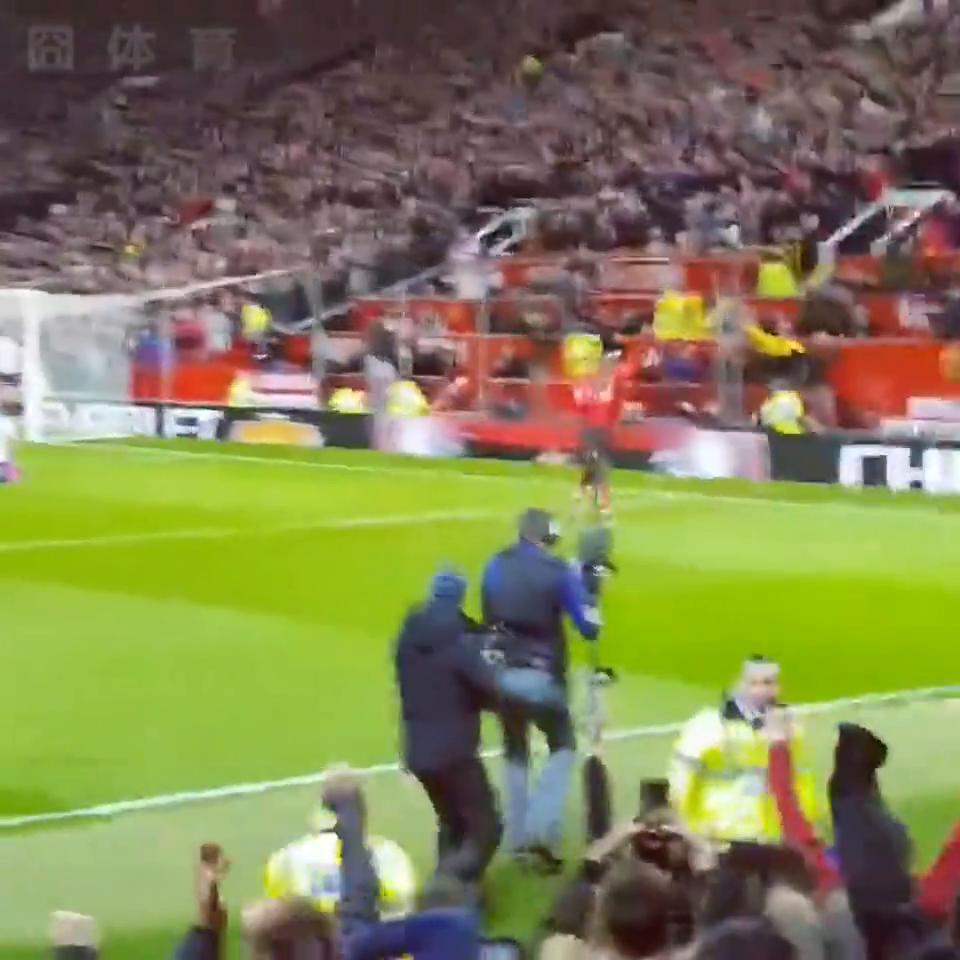 曼联球迷现场实拍卢卡库破门瞬间,索尔斯克亚彻底将他激活了!