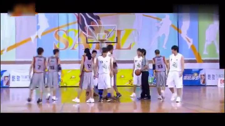 篮球火感人片段,元大鹰主动为兄弟挡住残所有的攻击,直至倒下