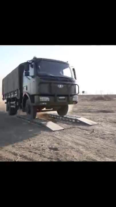 卡车平地起飞,挂车拐弯漂移只有驾驶员比武现场才能看到