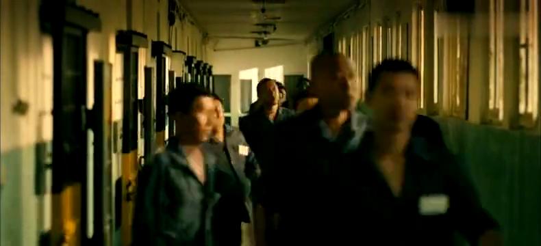 小伙为逃离监狱真够拼,让同伙拿叉子叉进身体,去医院路上再逃跑