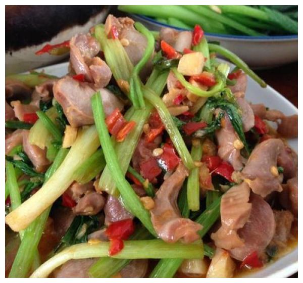 吃货美食芹菜炒土鸡杂、蘑菇炒肉、小炒腊肉、香葱蛋炒饭的做法