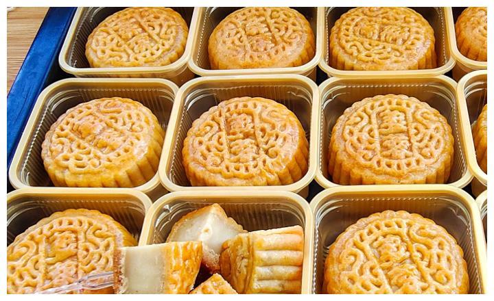原来莲蓉月饼做法如此简单,简单一烤,细腻绵软,比买的还好吃